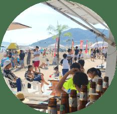 観光客でにぎわうビーチ